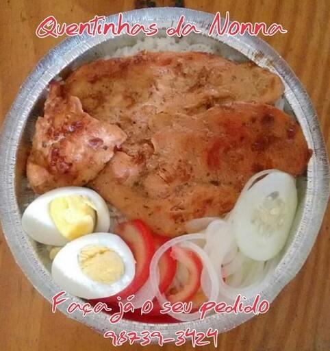 Quentinha de frango com ovo cozido e salada