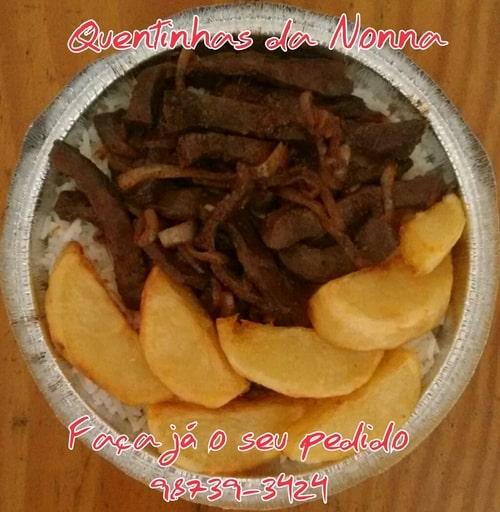 Quentinha filé acebolado com batatas douradas